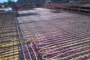 Blick auf die Installation der Klimadecke in der Bauphase