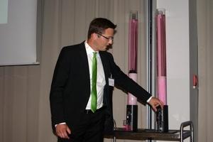 Mit einer praktischen Vorführung verdeutlichte Christian Zehetgruber, Grünbeck Wasseraufbereitung GmbH, auf anschauliche Weise den Unterschied zwischen Adsorber und Filter.