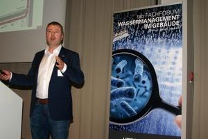 """Johann Schaub, Düker GmbH, sprach über """"In das Gebäude und wieder heraus – Fachgerechte Ableitung von Abwasser durch nichtbrennbare SML-Rohre."""