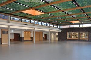 """Die Pausenhalle mit ihrem """"Blätterdach"""", das neben der Gestaltung auch die Funktion der Erwärmung übernimmt.<br />"""
