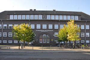 Das Gymnasium Antonianum in Vechta – die Gebäude wurden im Kern zwischen 1928 und 1936 errichtet und später zu verschiedenen Zeitpunkten verändert. Der Eingang befindet sich im Deutschlandhaus, dem ältesten Teil.