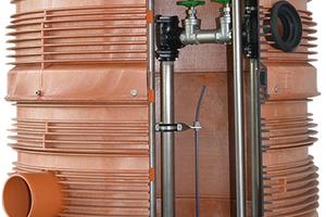 Wasser, welches außerhalb des Gebäudes anfällt, sollte über außen angeordnete Hebeanlagen entwässert werden, z.B. über einen PKS-Schacht.