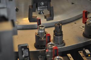 Dank hochmoderner Anlagen, z.B. zur Fertigung der KFE-Kugelhähne, ist Simplex in der Lage, jährlich Stückzahlen in Millionenhöhe zu produzieren.<br />
