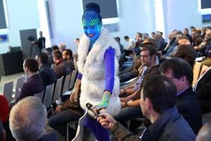 Kältemittel-Models begleiten die Teilnehmer durch die Veranstaltung. (Foto: Westfalen AG)