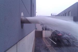 """<div class=""""Bildtext"""">Notentwässerung live bei Starkregen: Das Regenwasser schießt wie eine Fontäne auf die schadlos überflutbare Freifläche.</div>"""