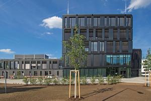 357 Solarmodule und 32 Erdwärmesonden decken einen großen Teil des Energiebedarfs im neuen ZSW-Institutsgebäude in Stuttgart ab.