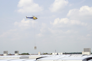 Aufgrund der Abmessungen der Halle, die einen Kraneinsatz erschwerten, wurden die Geräte per Hubschrauber auf das Dach transportiert.
