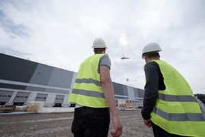 35 Yanmar-Gasmotorwärmepumpen und 20 Lüftungsanlagen mussten auf das 13,9 m hohe Dach des neuen Amazon-Logistikzentrums in Dortmund befördert werden. In das Projekt war fast das gesamte Team von KKU involviert.