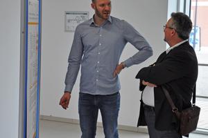 Eindruck von der Posterpräsentation, der Student Lukas Kleinsorge erläutert Herrn Stangel, Präsident der Akademie Biberach, sein Poster