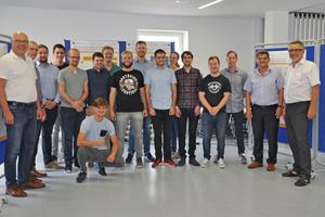 Die Studierenden des ersten Studiengangs Master Gebäude-automation mit den Dozenten Prof. Dr. Höttecke (FH Münster)(links), und Prof. Dr. Becker (Hochschule Biberach) und Prof. Bollin (Hochschule Offenburg)(rechts)