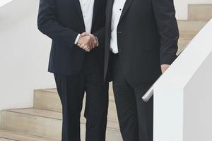 Peter Kaltenstadler, COO der AL-KO Kober SE (rechts) begrüßt Dr. Christian Stehle als neuen Geschäftsführer der AL-KO Therm GmbH.   Foto: AL-KO