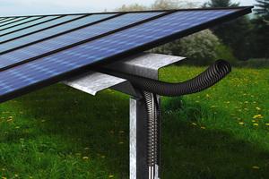 UV-beständige, zweiteilige Kabelschutzrohre von Fränkische für den Außenbereich nehmen z.B. Versorgungsleitungen von Photovoltaik-Anlagen auf und schützen sie sicher vor schädlichen Einflüssen.<br />