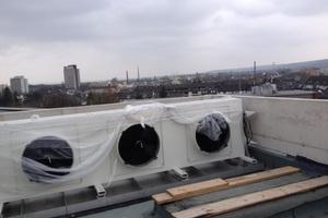… die Außeneinheit wurde auf dem Dach des Gebäudes installiert.