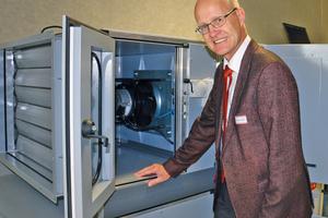 Prof. Dr.-Ing. Karl-Josef Albers, Leiter des Labors für Luft- und Klimatechnik der Hochschule Esslingen, freut sich über das gläserne RLT-Gerät.