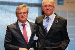 Prof. Uwe Franzke (rechts) wurde mit der Hermann-Rietschel-Ehrenmedaille des VDI ausgezeichnet; links im Bild Dipl.-Ing. Andreas Wokittel.