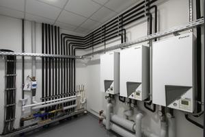 Im Technikraum bzw. der Heizzentrale kommen alle kältetechnischen Rohre von den Außengeräten an die Innengeräte/Hydroboxen.
