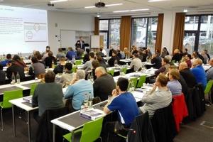 In Präsenzseminaren informieren Experten über aktuelle technische Entwicklungen und neue Normen.  Foto: Kessel