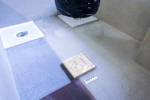 Das Prüfbecken für die drei Dichtungssysteme und der Sandsack für dynamische Beanspruchungen im Labor