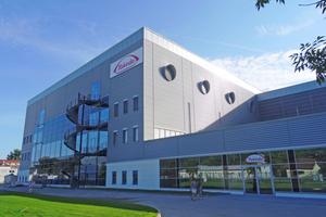 Das fünfgeschossige Produktionsmodul verfügt über eine Grundfläche von 3.000m<sup>2</sup> und wird durch ein Multifunktionalgebäude mit 2.400m<sup>2</sup> Grundfläche ergänzt.