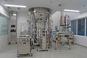 Mit den neuen Prozesseinheiten des Takeda-Werks Oranienburg werden unter Reinraumbedingungen Granulate für die Produktion von Tabletten und Kapseln hergestellt.