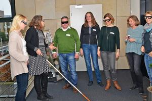 Die Seminarteilnehmer lernen unter Anleitung der Referentin Dipl.-Ing. Ulrike Rau (2. v.l.) den Nutzen einer kontrastreichen Raumgestaltung schätzen, als sie anhand spezieller Brillen erfahren, was es bedeutet, eingeschränkt sehen zu können.