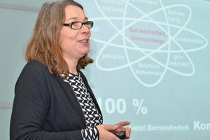 Referentin Dipl.-Ing. Ulrike Rau, Architektin und Buchautorin, erläutert die Planungsgrundlagen der Barrierefreiheit.