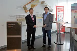 Günther Mertz (links) überreicht Martin Schwark, Manager Segment Cold Piping der Deutsche Rockwool GmbH &amp; Co. KG, die Mitgliedsurkunde des BTGA.<br />