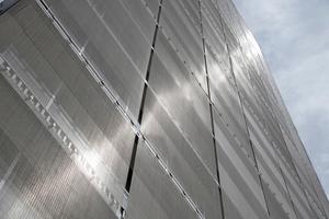Beitrag zur Energieeffizienz: Im Sommer reflektieren Fassaden aus nicht rostendem Stahl die Wärmestrahlung der Sonne, im Winter verringern sie den Wärmeverlust.