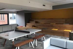 """Raum zum """"Abschalten"""": Im hinteren Teil des neuen Office von Danfoss im Columbus-Haus wartet der """"Playground"""" auf die Mitarbeiter. Neben Hängematten gehört dazu eine Tischtennisplatte, für eine mentale Auszeit zwischendurch.  Foto: Danfoss"""