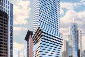 """Der zentral im Frankfurter Bankenviertel gelegene 45-stöckige Omniturm besticht nicht nur durch sein Äußeres: Als erstes kommerzielles Gebäude in Deutschland wird es mit der Schindler-""""myPort""""-Lösung ausgestattet."""
