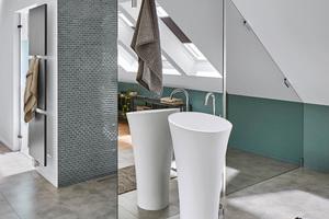 """Die XXL-Duschkabine wurde individuell über den Sonderservice KermiExtra konzipiert. Die """"Walk-in XS"""" mit Stabilisierung zur Wand ist ausgestattet mit Spiegelglas und kombiniert mit einem """"PASA""""-Beschlag-Segment mit klarem Glas, angepasst an die Dachschräge."""