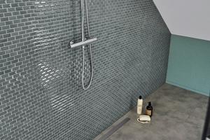 """Mit den maßlich flexiblen """"Line XXL""""-Zuschnitt-Boards von Kermi lassen sich individuelle, großzügige Duschbereiche realisieren."""