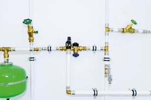 """Die neuen Kunststoff-Fittings sind mit dem Verbundrohrsystem """"Zewo Press"""" aus Messing kompatibel.<br />"""
