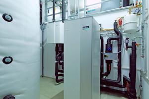 Das Bürogebäude kommt mit einem kleinen Haustechnikraum aus: Wärmespeicher, Wärmepumpe und Lüftungsanlage.
