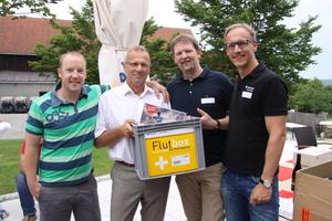 Marco Koch (rechts), Jung Pumpen, mit den glücklichen Gewinnern der Flutbox
