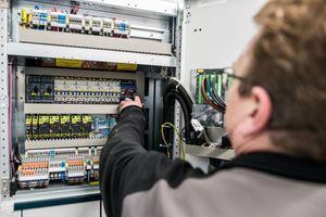 Bauleiter Andreas Schüler kontrolliert die Einstelldaten des Trafoschutzes zur Trafotemperaturüberwachung. Foto: Wisag Service Holding