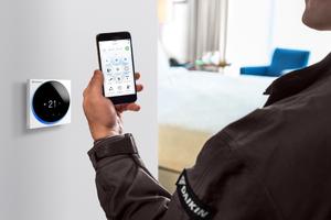 Monteuren ermöglicht die neue Fernbedienung eine einfache und zeitsparende Inbetriebnahme mit dem Smartphone.