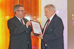 Der neue Vorsitzende Bernd Pieper überreicht dem scheidenden Vorsitzenden Michael Mahr die Urkunde als erstem Ehrenvorsitzendem des Verbandes.