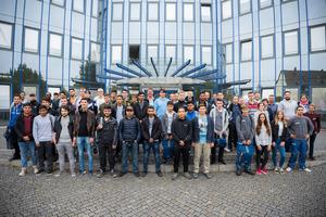"""Die """"neuen"""" Auszubildenden der Brochier Gruppe mit ihren Ausbildungsbetreuern vor dem Verwaltungssitz in der Marthastraße. Foto: Brochier Media Service"""