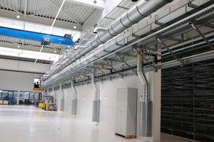 Raum für weiteres Wachstum: Kipp baut eine neue Produktionshalle in Sulz am Neckar. Medienleitungen machen den Neubau und die Maschinen nutzbar – und haben aufgrund fischer-Installationssystemen festen Halt.