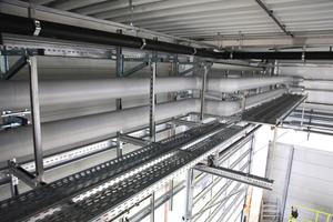 Befestigung der Ver- und Entsorgungsleitungen im Kipp-Produktionsgebäude