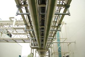 Rahmenkonstruktionen mit Schienensystemen ermöglichen eine variable Montage von Rohrleitungen, die sich später problemlos erweitern oder ändern lässt.