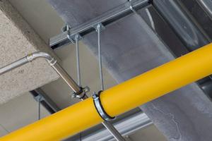 Beispiel für die Befestigung einzelner Rohrleitungen an Trägerprofilen mit kurzem Schienenstück und beidseitigen Halteklammern.