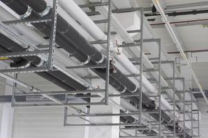 Bei einer größeren Anzahl von Rohrleitungen bieten sich mehrstöckige Rahmenkonstruktionen mit Schienensystemen an.