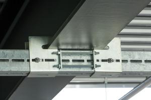 """Wenn nicht gebohrt oder geschweißt werden darf, bieten Klemmbefestigungen für Montageschienen, wie hier der Spannschuh, für das Montagesystem """"Mefa Centum"""" einen Ausweg."""