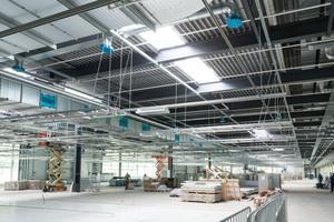 Ein Deckenrastersystem mit durchlaufenden Profilschienen bietet maximale Flexibilität für Leitungsführungen, wenn der zu versorgende Maschinenpark änderungsfreundlich sein soll.