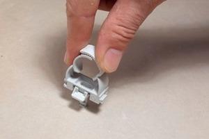 Der Clip wird einfach mit<br />dem ESD Euro-Steckdübel<br />verbunden und per Daumendruck in<br />die Bohrung gesteckt. Für die<br />Montage auf Beton, Gipskarton oder<br />Ziegelwerk ist kein weiteres<br />Werkzeug nötig.