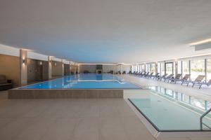 Wellnessbereich mit einem Pool und ...