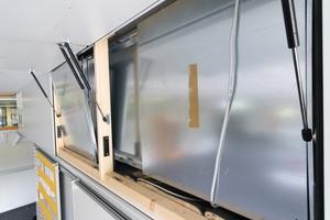 Nur wenige Handgriffe genügen, um die Verkleidung zu öffnen und die geräuschdämmenden Paneele (hier angelehnt) abzunehmen, dann sind die Geräte für Wartungsarbeiten zugänglich.