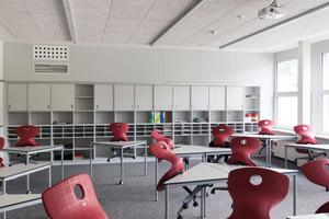 Lernen im Dreieck, Viereck oder Vieleck: Die Möbel erlauben viele verschiedene Anordnungen für den Unterricht oder die Gruppenarbeit. An der hinteren Wand sind die Luftdurchlässe (links) und die Revisionsöffnungen (rechts über der Regalwand) zu sehen.